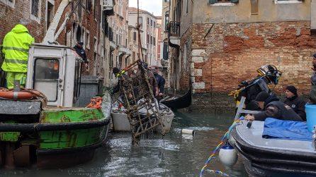 Gondolieri sub in azione a Venezia: cosa fuoriesce dai canali