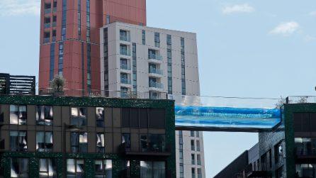 Apre Sky Pool, la prima piscina al mondo sospesa tra due palazzi