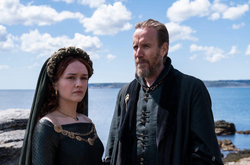 Olivia Cooke(Alicent Hightower) e Rhys Ifans(Otto Hightower)