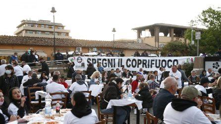 Roma, manifestazione dei ristoratori a Fiumicino contro il coprifuoco