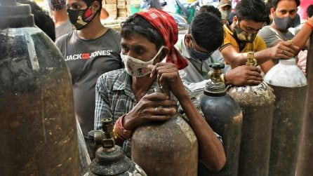 India, migliaia in fila per riempire le bombole di ossigeno per familiari malati di covid