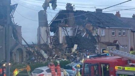 Esplosione violenta distrugge tre case, muore un bambino: sospetta fuga di gas