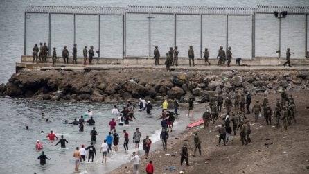 Spagna, migliaia di migranti arrivano a Ceuta e Melilla