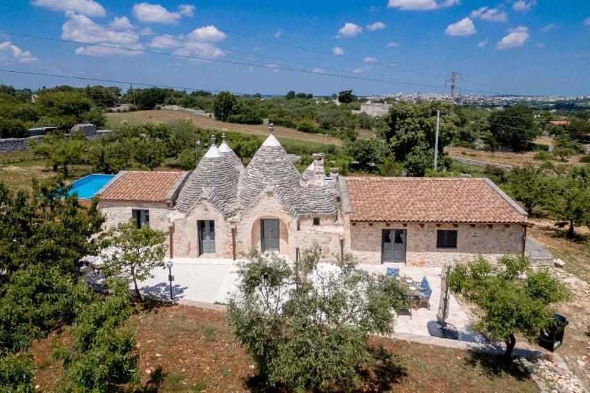 Si trova a Putignano, in Puglia, e può accogliere fino a otto ospiti. Link all'alloggio: www.airbnb.com/rooms/8465070