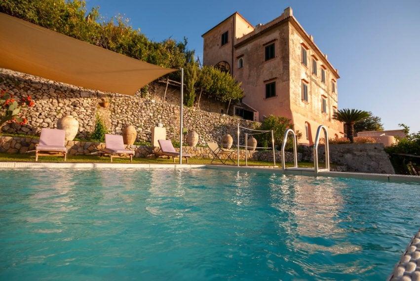Si trova ad Amalfi, in Campania, e può accogliere fino a 16 ospiti. Link all'alloggio: www.airbnb.com/rooms/7286111