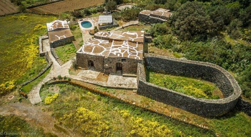 Si trova sull'isola di Pantelleria e può accogliere fino a tre ospiti. Link all'alloggio: www.airbnb.it/rooms/38951893