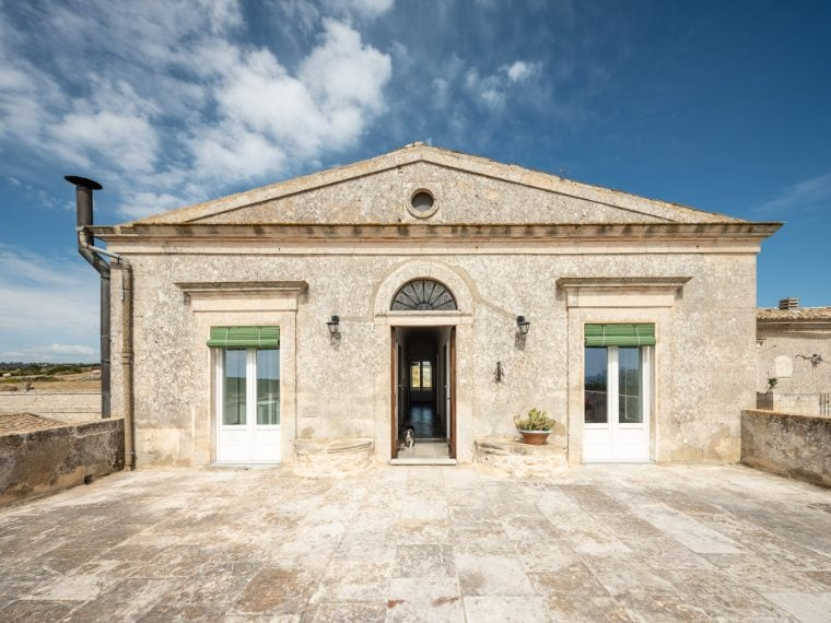 Si trova nella campagna della Val di Noto, tra Ragusa e Marina di Ragusa e può ospitare fino a 16 ospiti. Link all'alloggio: www.airbnb.it/rooms/28554054