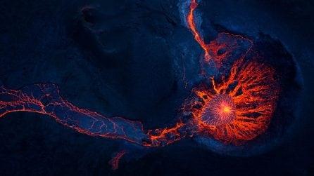 Il fiume di lava scorre dopo l'eruzione del vulcano islandese