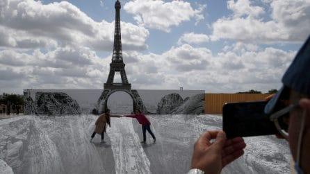 Lo street artist JR crea l'illusione della Tour Eiffel in un burrone nel centro di Parigi