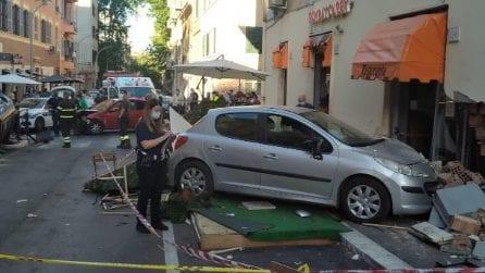 Torpignattara, auto finisce contro i tavolini di un ristorante: le immagini