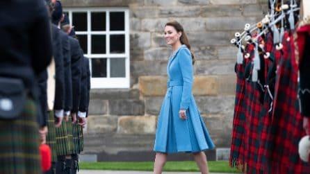 Kate Middleton, l'abito cappotto celeste per il tour in Scozia