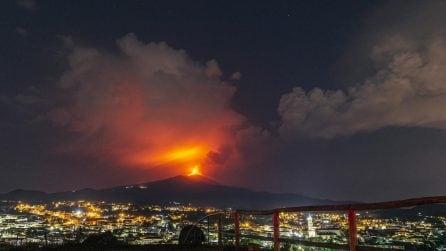 L'Etna erutta ancora: la fuoriuscita di lava visibile nella notte