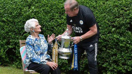 La super tifosa del Leicester a cui viene consegnato il trofeo del 2016