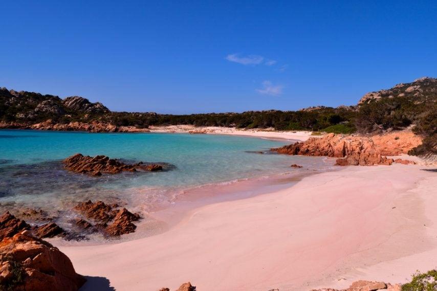 Vista della meravigliosa Spiaggia Rosa in Costa Smeralda