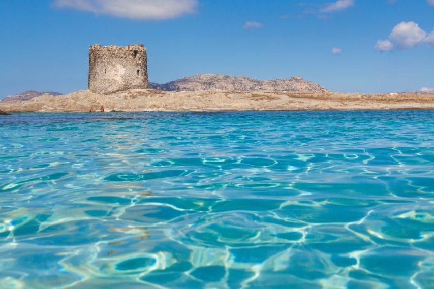 L'acqua limpida nei pressi della spiaggia di Stintino, La Pelosa, in provincia di Sassari