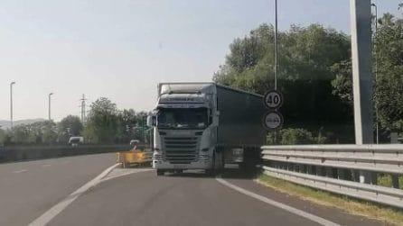 Tir contromano sbuca dall'uscita dell'autostrada vicino Torino