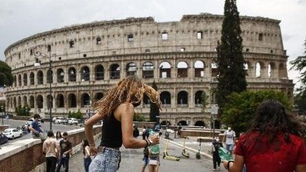 Roma, studenti festeggiano l'ultimo giorno di scuola