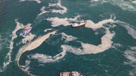 Enorme quantità di schiuma in mare spaventa i turisti