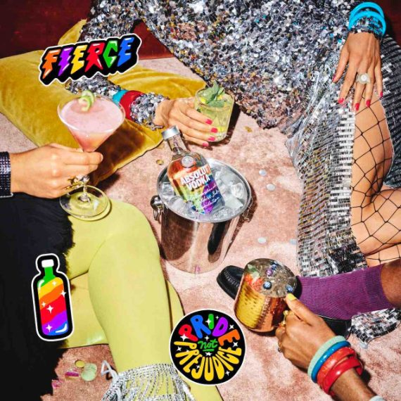 Absolut presenta la nuova limited edition Absolut Rainbow 2021 per celebrare i 40 anni del brand a supporto della comunità LGBTQ+. Si tratta di una bottiglia in edizione limitata, color arcobaleno, che rende omaggio a Gilbert Baker, l'artista americano e attivista per i diritti LGBTQ+ noto per aver ideato nel 1978 la bandiera arcobaleno, diventata negli anni un simbolo di inclusione, pace e amore.