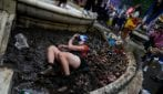 Arrivo in massa di tifosi scozzesi a Londra: devastazione e spazzatura in diverse zone