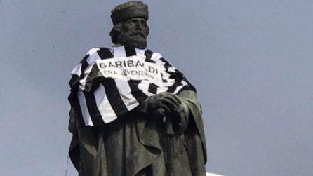 """Napoli, la statua di Garibaldi coperta con una maglia bianconera: """"Era juventino"""""""