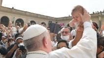 Papa Francesco saluta la folla nel Cortile di San Damaso del Palazzo Apostolico Vaticano