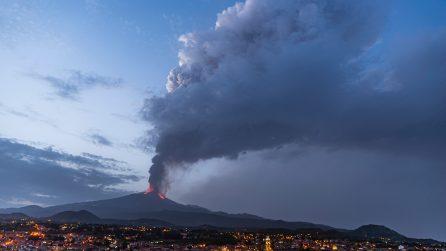 L'Etna erutta ancora: le immagini mostrano il momento dell'eruzione