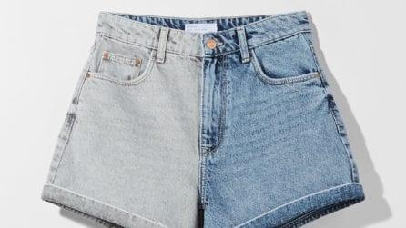 Gli shorts in denim bicolor sono i più originali dell'estate 2021