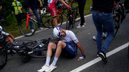 Rovinosa caduta al Tour de France: decine di ciclisti coinvolti