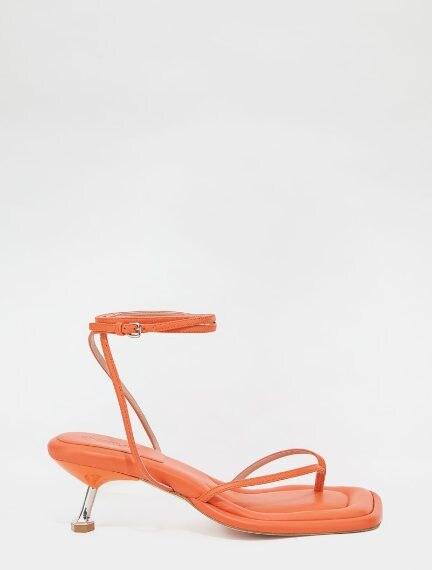sandali arancioni con tacco asimmetrico e cinturino alla caviglia