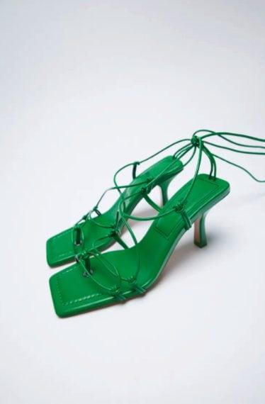 sandali verdi modello infradito con il tacco sottile, la punta quadrata e i lacci alla caviglia