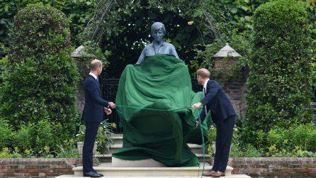 Le foto di William e Harry che inaugurano la statua di Lady Diana