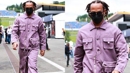 Il look eccentrico di Lewis Hamilton che passeggia nel paddock in Austria