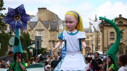 Alice in formato gigante per festeggiare il 150esimo anniversario dell'opera di Lewis Carroll