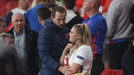 Euro 2020, Harry Kane consola la moglie Kate Goodland