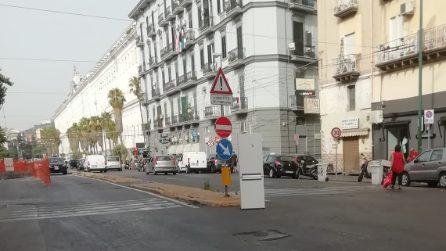 A Napoli il frigo depositato al centro dell'incrocio