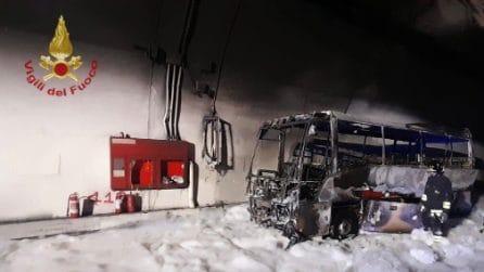Autobus pieno di ragazzini prende fuoco nella galleria Fiumelatte a Lierna: salvati dall'autista