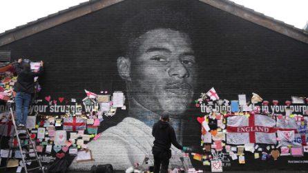 Il murales di Rashford vandalizzato, viene ricoperto di cuori e messaggi di sostegno