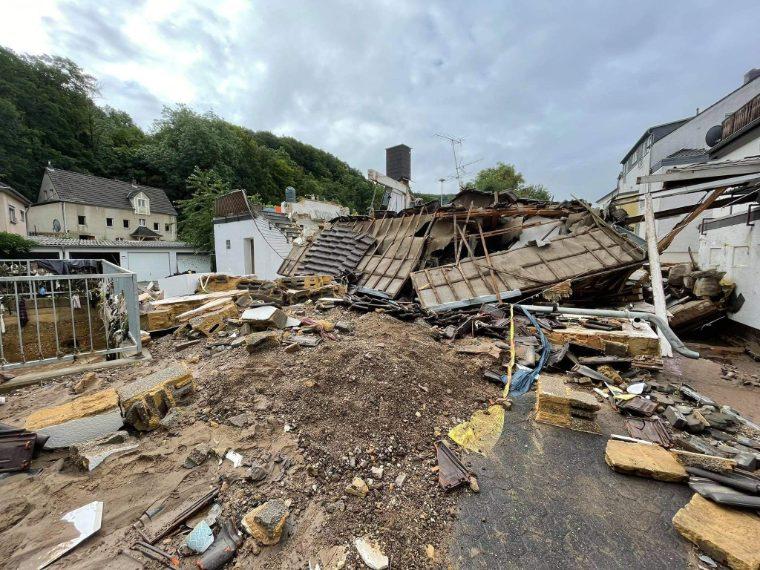 Diverse strutture nella Germania occidentale sono completamente crollate devastate dall'acqua / Unwetter-Freaks
