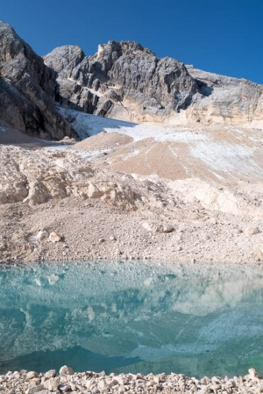 Il laghetto di fusione alla fronte del Ghiacciaio Superiore dell'Antelao; sebbene in forte ritiro, il ghiaccio è ancora ben protetto dalle pareti dell'Antelao, la seconda montagna per altezza delle dolomiti. Ph. Andrea Rizzato