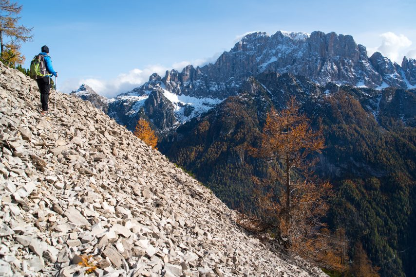 Sulla frana del Monte Piz, che ha sbarrato la strada al Torrente Cordevole creando così il Lago di Alleghe; è anche uno dei migliori belvedere sulla Civetta, con la sua parete delle pareti, una delle più celebri nelle Dolomiti. Ph. Andrea Rizzato