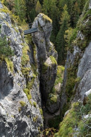 Tra i Monoliti di Ronch, blocchi dolomitici a monte della piccola frazione di Ronch, nell'alto Agordino; un percorso attrezzato, con ponticelli e staffe consente di salire sul più alto dei blocchi. Ph. Andrea Rizzato