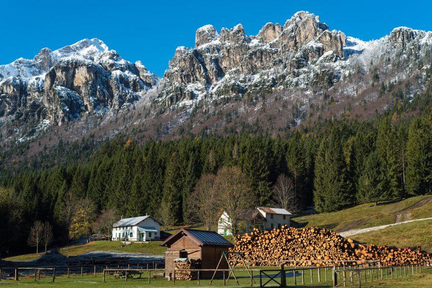 La Casera Cajada nell'omonima foresta; è una delle perle nel Parco Dolomiti Bellunesi. Le cime selvagge che la circondano, esaltano l'armonia del paesaggio in cui si trova. Ph. Andrea Rizzato