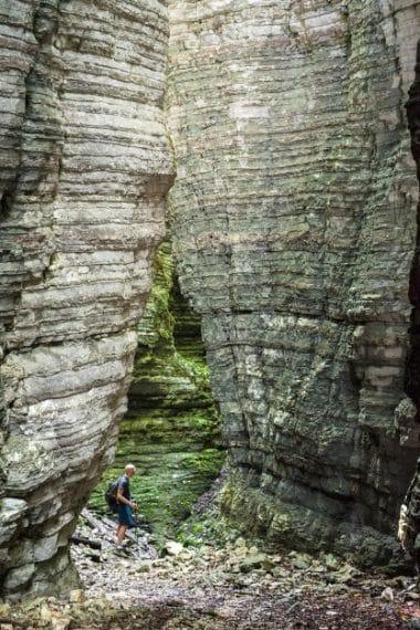 Nel canyon fossile del Bus del Buson, nel Gruppo della Schiara; un facile sentiero si addentra nelle pieghe della forra, laddove la poca luce che filtra crea giochi cromatici affascinanti. Ph. Andrea Rizzato
