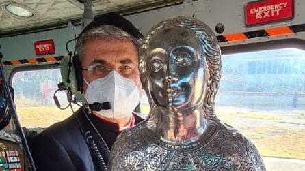 Palermo, il vescovo in elicottero con il reliquiario di Santa Rosalia benedice la città