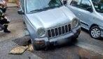 Maltempo a Napoli, Jeep sprofonda nella voragine al Vomero