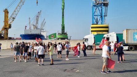 G20, disoccupati e centri sociali manifestano al porto di Napoli: blocco delle merci in arrivo
