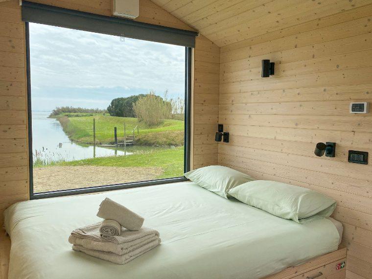 Affacciata sulla Laguna di Marano, Friland è una piccola casa mobile autosufficiente. In 12mq c'è tutto, dal letto alla cucina. Tutto minimalista, in stile nordico. Link all'alloggio: www.airbnb.it/rooms/45283523 A partire da 150€ a notte