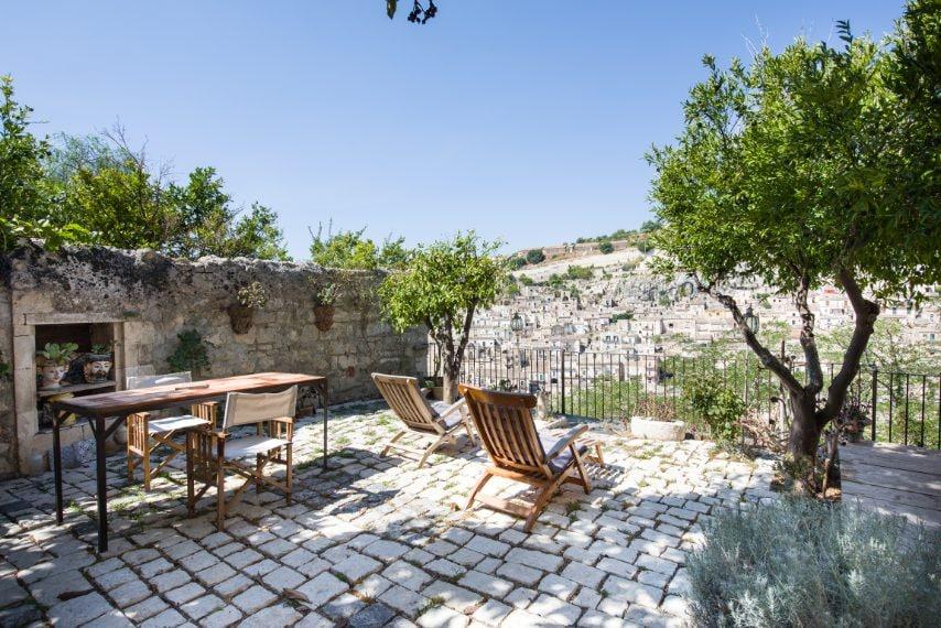 È uno dei pochissimi giardini privati della cià sicula e vanta di una vista mozzaato su una distesa di case bianche. La casa si trova all'interno di un palazzo barocco del quale sono stati conservati anima e deagli, tra cui i pavimenti seecenteschi. Link all'alloggio: www.airbnb.it/rooms/1632739 A paire da 177€ euro a noe