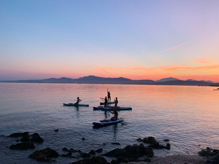 Cosa c'è di più rilassante che scivolare sul mare piao del Golfo degli Aranci al tramonto a bordo di una stand-up paddle? Le calee della zona sono tra le preferite dei delni, che, con un po' di founa, potrete incontrare durante l'esperienza. Link all'esperienza: www.airbnb.it/experiences/897799 A paire da 55€ a persona